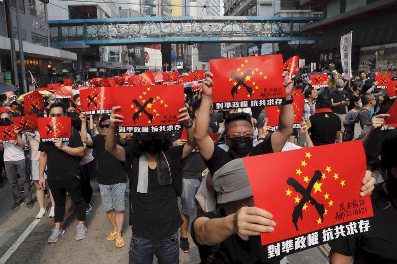 2019年9月29日,香港反送中,「全球連線、共抗極權」大遊行,中國五星旗化作「赤納粹」旗(AP)