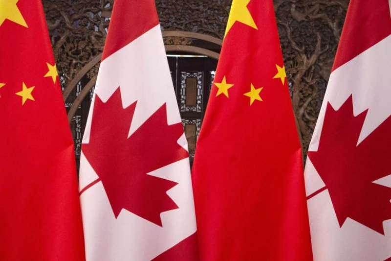 加拿大公立高中課堂播放中國愛國電影惹議,圖為中國與加拿大國旗(資料照,AP)