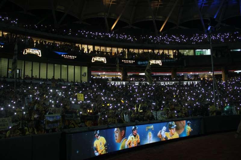 中信兄弟球星彭政閔引退儀式,超過2萬名觀眾在現場點亮手機燈。 (圖片取自中職粉絲團)
