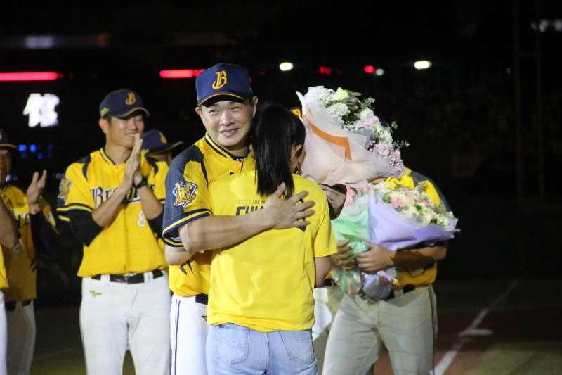 彭政閔在隊友的陪伴下進行繞壘,回到本壘後也與妻子擁抱。 (圖片取自中職粉絲團)