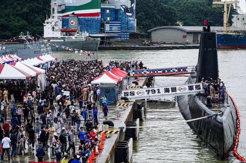 20190929-民眾在日間排隊等參觀海獅軍艦。(海軍司令部提供)