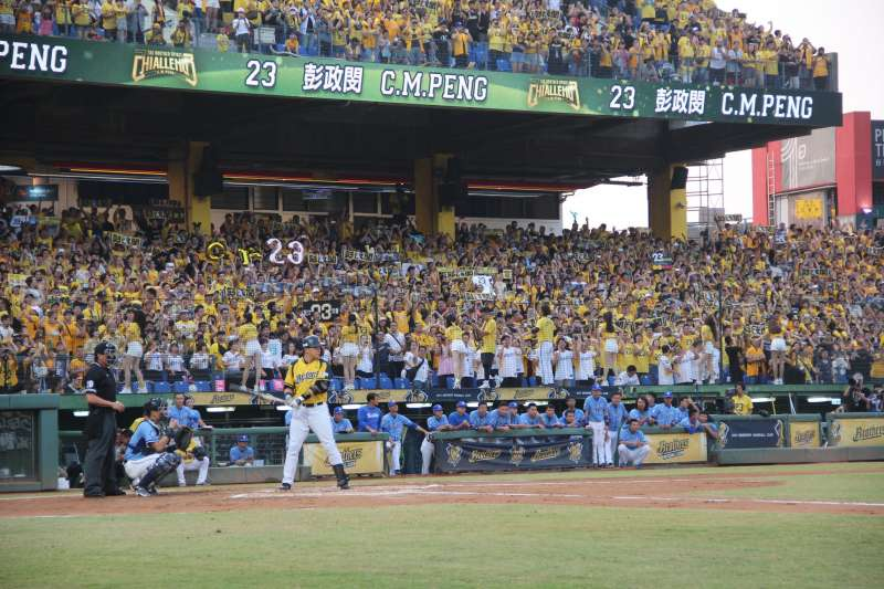 彭政閔上場打擊時,中信兄弟球迷起立高唱應援曲。 (圖片取自中職粉絲團)