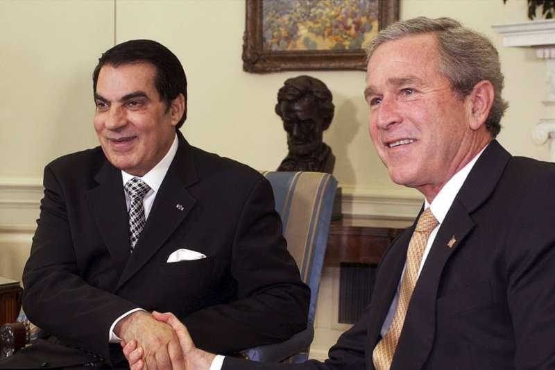 突尼西亞總統本.阿里(Zine El Abidine Ben Ali,左)與美國總統小布希(AP)