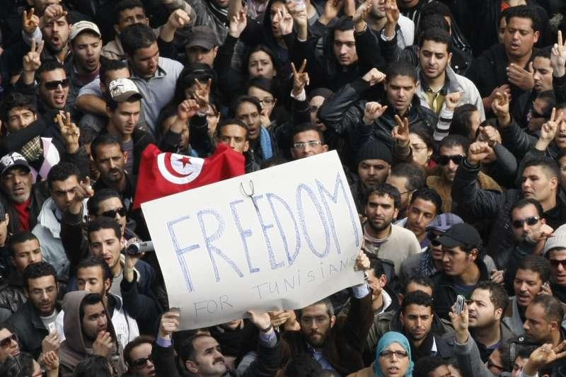 2011年1月突尼西亞民眾大舉上街,總統本.阿里(Zine El Abidine Ben Ali)後來被迫下台(AP)