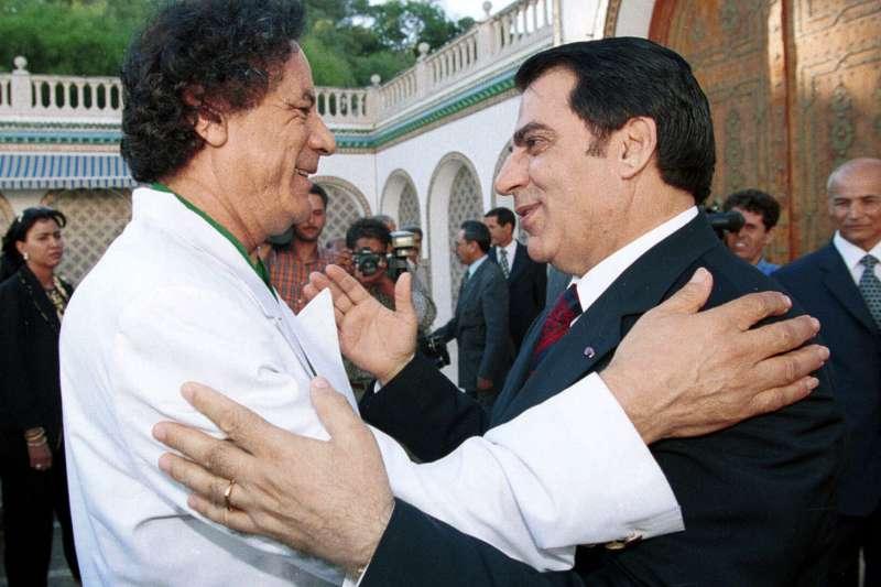 突尼西亞總統本.阿里(Zine El Abidine Ben Ali,右)與利比亞強人格達費(AP)
