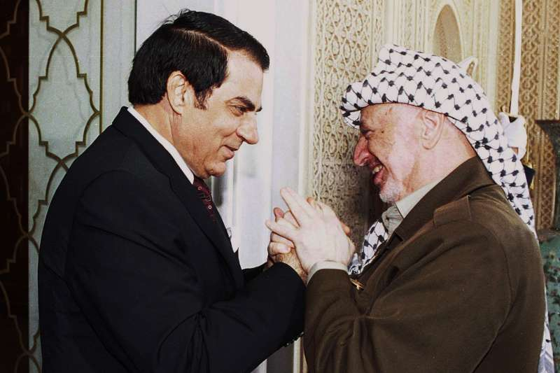 突尼西亞總統本.阿里(Zine El Abidine Ben Ali,左)與巴勒斯坦解放組織領導人阿拉法特(AP)