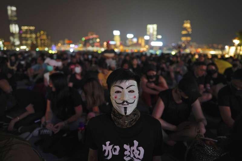 2019年9月,香港「反送中」運動,遊行者扮成V怪客。(AP)