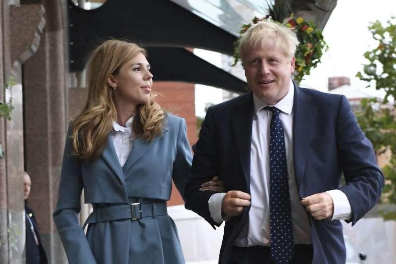2019年9月,英國首相強森(Boris Johnson)與女友塞蒙茲(Carrie Symonds)(AP)