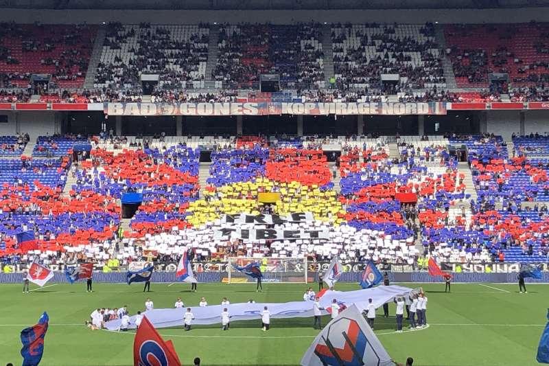 法甲足球聯賽里昂隊球迷在觀眾席排出雪山獅子旗與「FREE TIBET」字樣。(取自twitter@Olimas99)