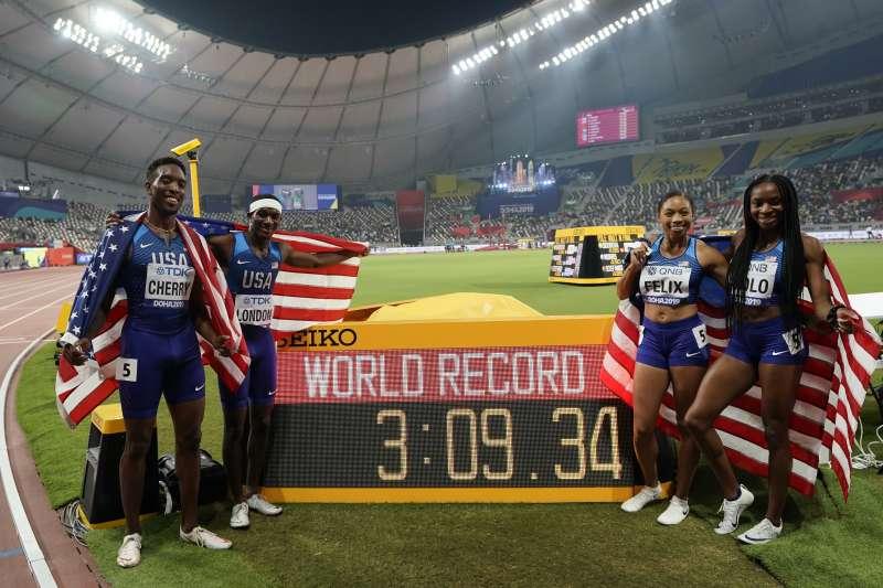 短跑名將菲利克斯所屬的美國隊(右二)在世錦賽4x400公尺混合接力賽奪冠,她也成為世錦賽拿下最多面金牌的選手。 (美聯社)