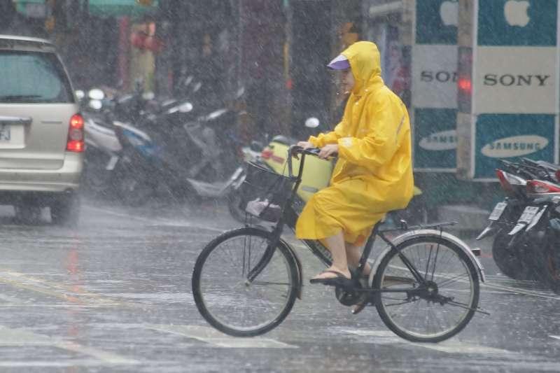 20190930-颱風天,腳踏車騎士冒雨騎行。(盧逸峰攝)
