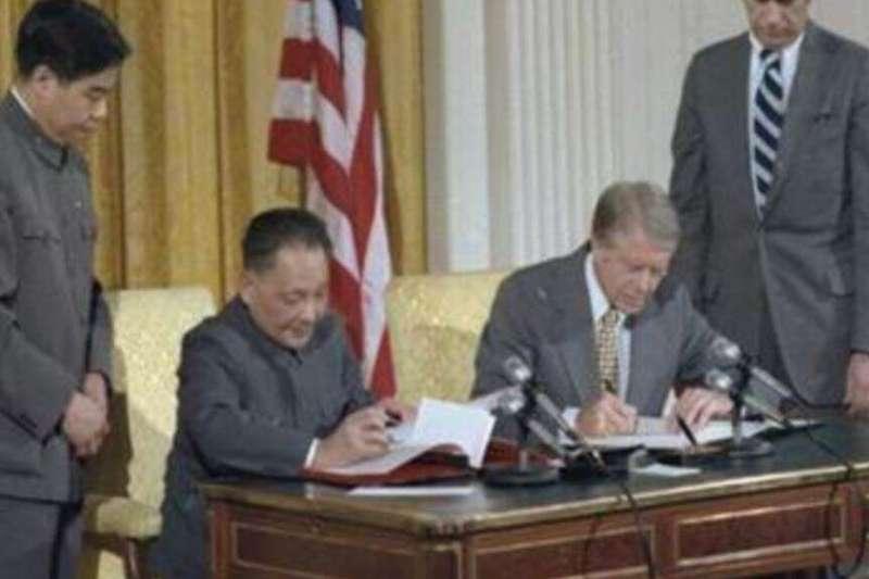 卡特與鄧小平簽署美中建交公報。(美國國家檔案局NARA)