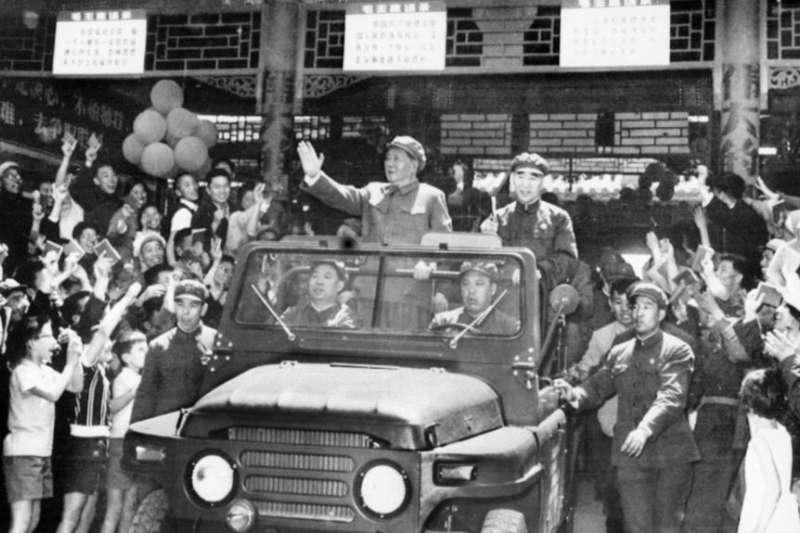 毛澤東(1893-1976)和林彪(1907-1971)在敞篷吉普車上向在北京天安門廣場慶祝五一節的群眾揮手致意。(美國之音)