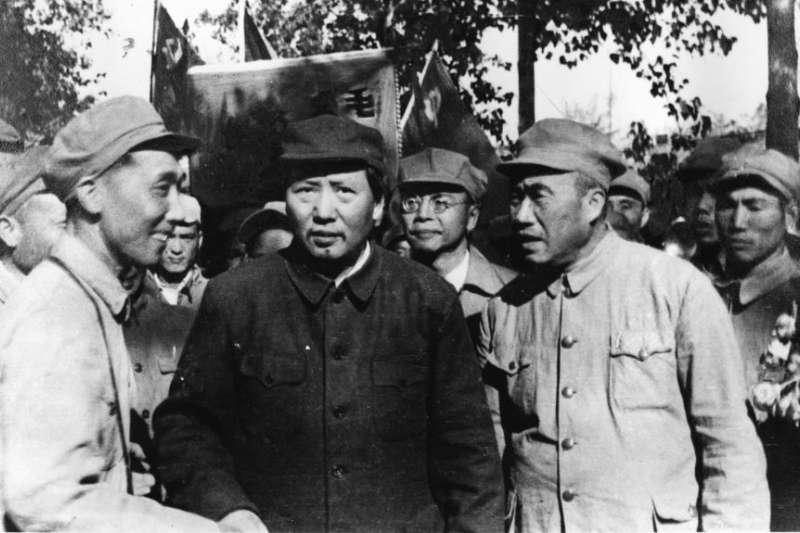 毛澤東、朱德(前排右側)和一批解放軍軍官遊覽北平(1949年夏天)。(美聯社)