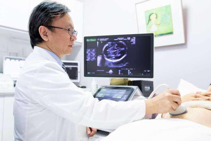 目前全台僅有3位醫師獲得英國胎兒醫學基金會兩孕期超音波資格認證,圖為東元綜合醫院婦產部超音波中心主任吳依誠醫師。(圖/東元綜合醫院提供)