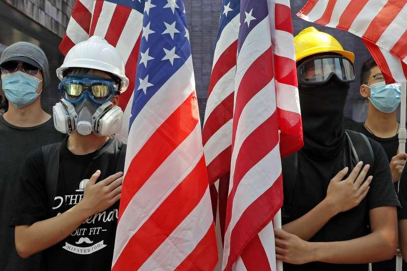 香港反送中示威者舉美國國旗(AP)