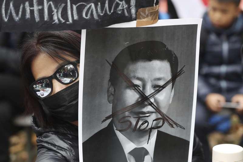 中國國慶當天,香港街頭出現許多自主參與遊行的人潮。(AP)