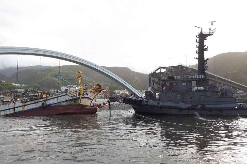 20191001-宜蘭南方澳跨港大橋1日天上午驚傳坍塌意外,圖為海軍拖駁船將被壓漁船拉出畫面。(國防部提供)