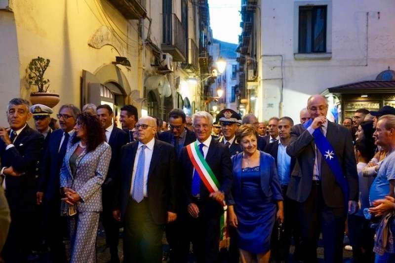 參與節慶披著義大利國旗飾帶的薩雷爾諾市長 (曾廣儀攝)