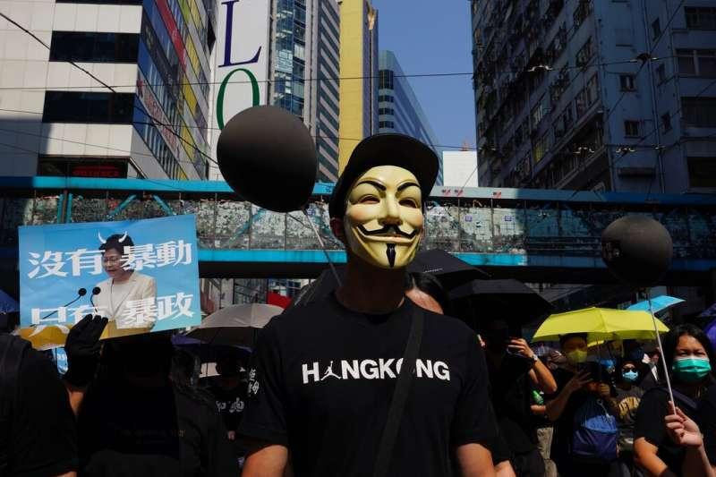 中共建政70周年10月1日這天,香港10萬民眾上街示威,參加「沒有國慶,沒有國殤」大遊行。(AP)