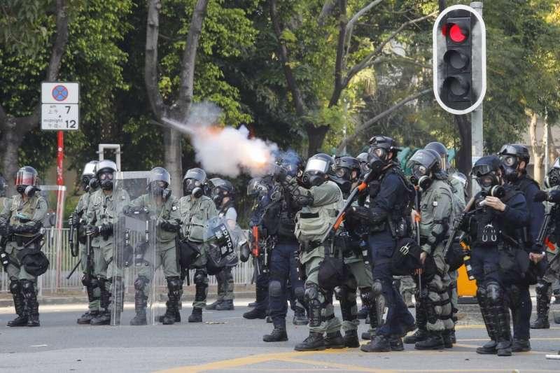 中共建政70周年10月1日這天,香港10萬民眾參加「沒有國慶,沒有國殤」大遊行,警方向示威者發射催淚彈。(AP)