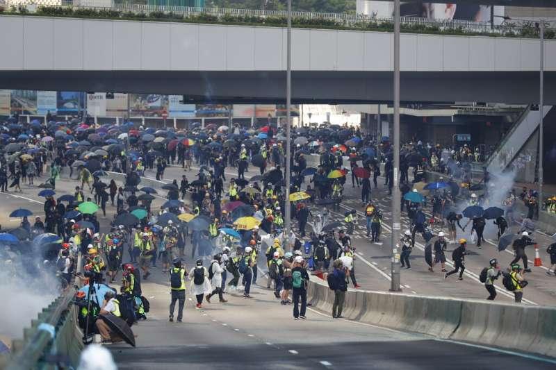 中共建政70周年10月1日這天,香港10萬民眾上街示威,參加「沒有國慶,沒有國殤」大遊行,多個地區爆發警民衝突。(AP)
