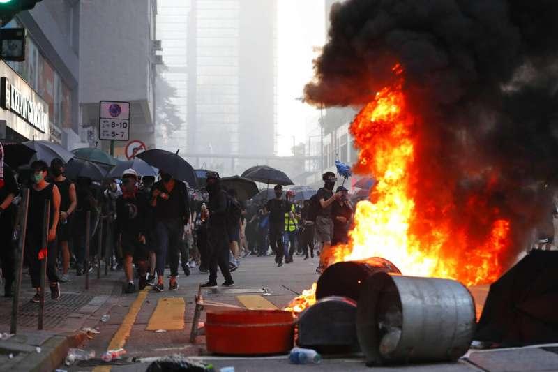 港警以實彈槍擊示威民眾,民進黨指為染血的國慶與一國兩制。圖為香港「沒有國慶,只有國殤」大遊行現場。(美聯社)