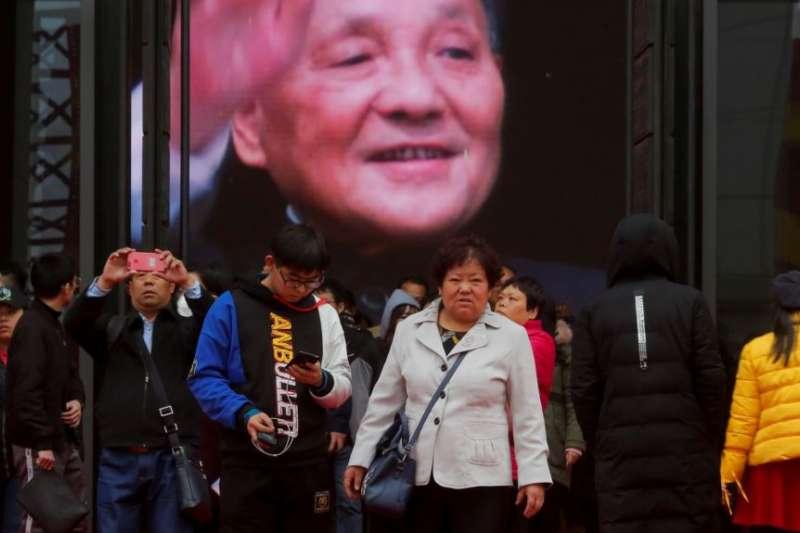 2018年11月14日,北京中國國家博物館舉辦的中國改革開放40週年展覽中,人們參觀關於中國前領導人鄧小平的內容。(美國之音)