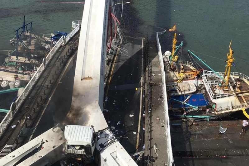 宜蘭縣南方澳跨港大橋1日上午驚傳坍塌意外,相關單位已進駐因應。(取自蘇澳鎮長李明哲臉書)