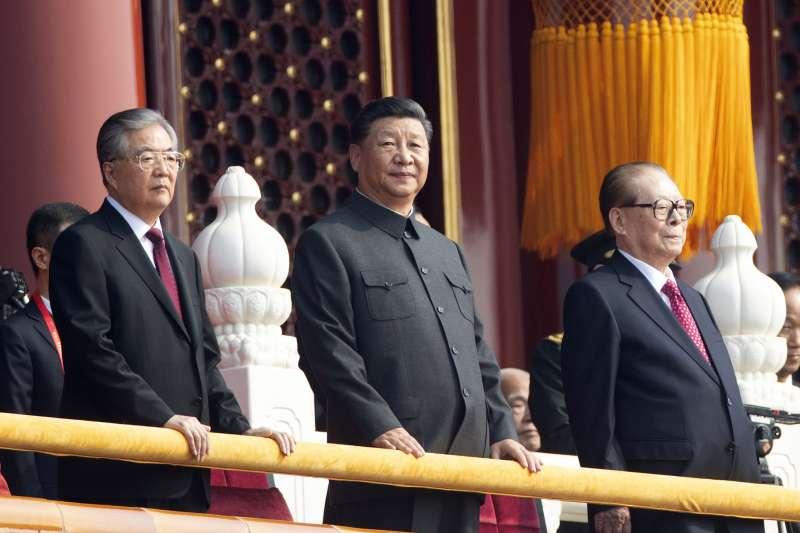 2019年10月1日,慶祝中華人民共和國成立70周年大會.閱兵式和群眾遊行,左起:胡錦濤、習近平、江澤民(AP)
