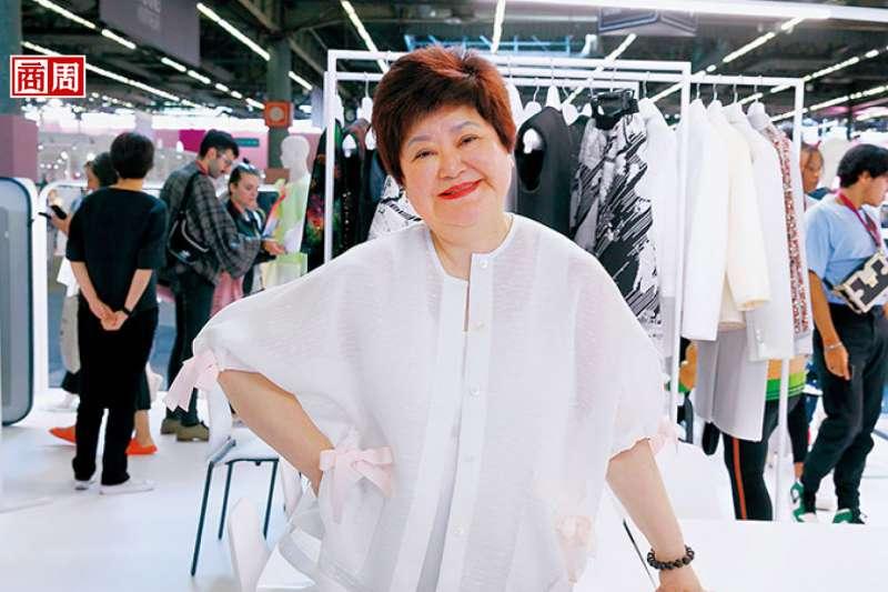 巴黎PV展,蕭黛莉進軍時裝首站!她背後由三明治布做的成衣,有外觀如皮革的,也有觸感如雪紡的,是轉型4年的心血。(來源.黛莉紡織提供)