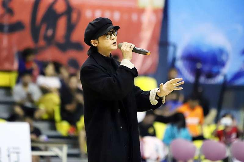 也邀請旗下藝人謝震廷到觀護盃現場演唱,支持球隊。(余柏翰攝)