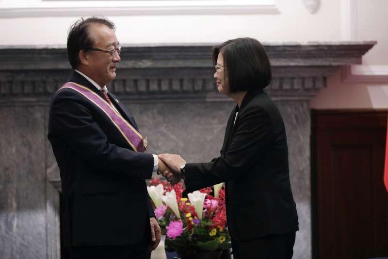 總統蔡英文(右)1日頒授「日本台灣交流協會台北事務所代表沼田幹夫(左)『大綬景星勳章』」(取自總統府flickr)