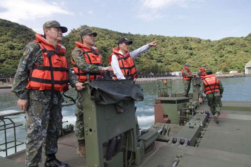 南方澳跨海大橋坍塌,國防部長嚴德發2日登上M3浮門橋車進行視察。(國防部提供)