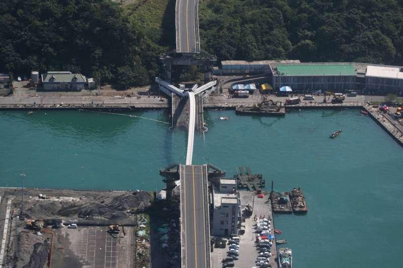 20191002-南方澳跨海大橋坍塌,圖為跨海大橋事故現場空拍畫面。(國防部提供)
