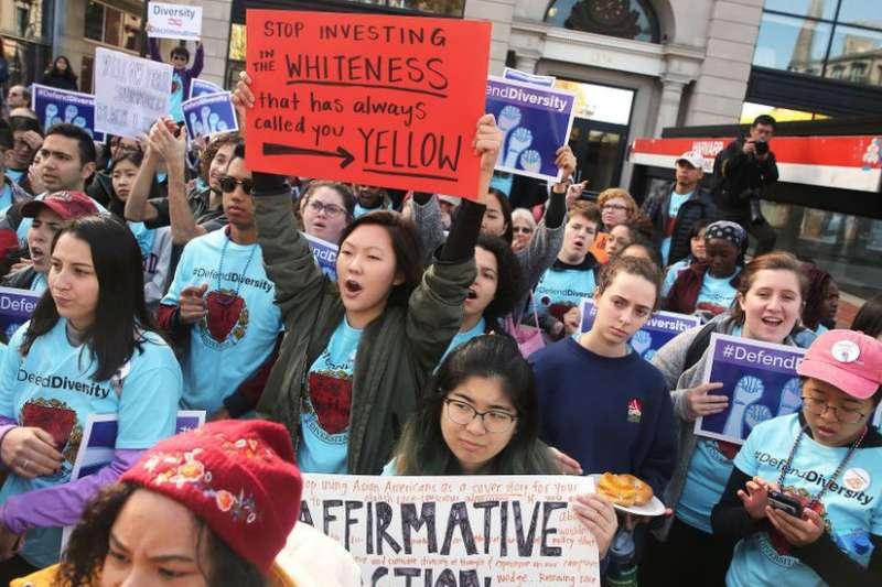 批評者指,哈佛大學在評估入學申請人時偏向白人、黑人以及西裔學生。(BBC中文網)