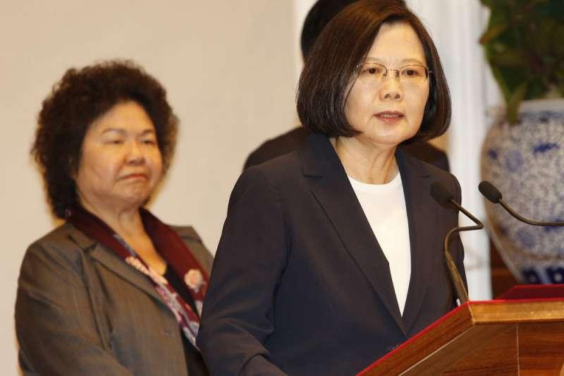 陳菊(左)在蔡英文(右)政府舉足輕重,但前總統陳水扁說:「陳菊我都不認識了」。(郭晉瑋攝)