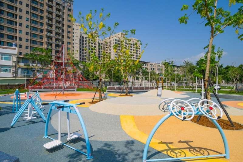 企業認養約5000坪的公園及鳳山溪河岸綠地,實現「先造環境、再蓋建築」的企業承諾。(圖/富邦建設提供)