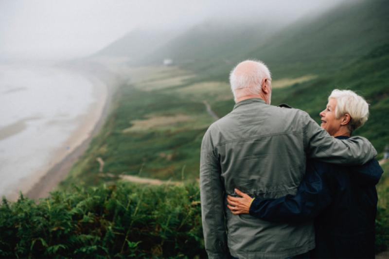 銀髮族如何擁有獨立自主的經濟自由、享受退休生活,將成為刻不容緩的課題。(圖/freepik)
