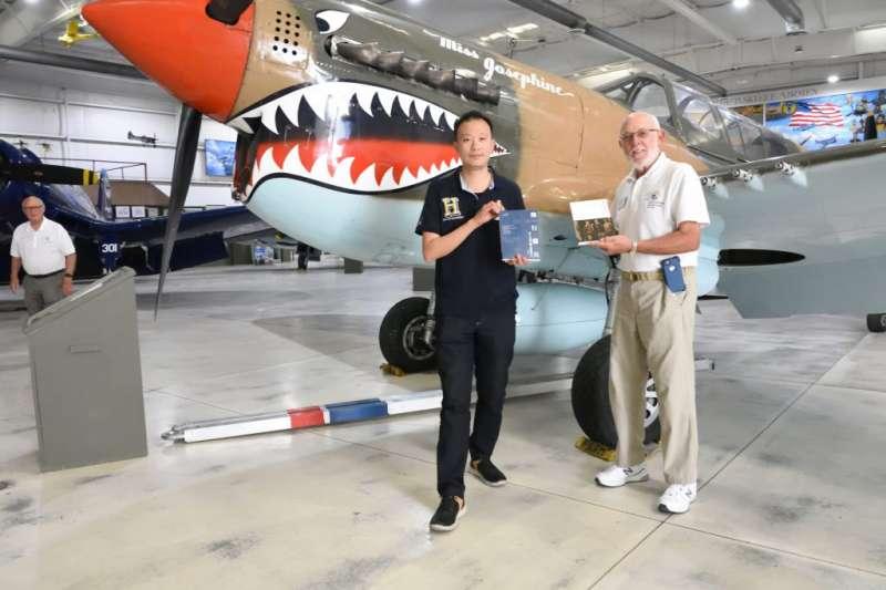 筆者向博物館教育人員法蘭克,贈送《飛行傭兵:第1美籍志願大隊戰鬥史》與《那段英烈的日子:中日戰爭勇士餘生錄》各一本。(作者許劍虹提供)