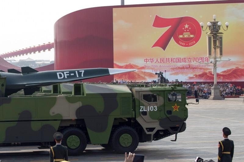 2019十一國慶的天安門大閱兵、解放軍、東風-17。(美聯社)