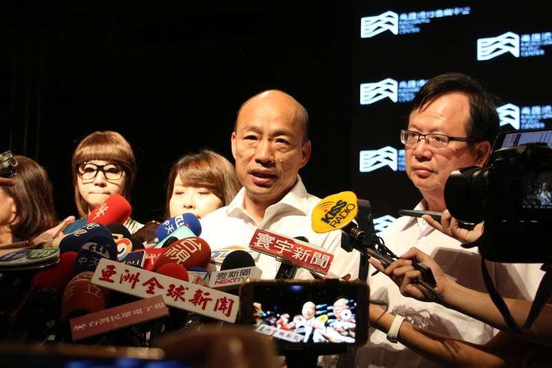 高雄市長韓國瑜(中)2日出席高雄流行音樂中心發布記者會,會上也首度公布高流官網與CI識別系統意象。(高雄市政府提供)
