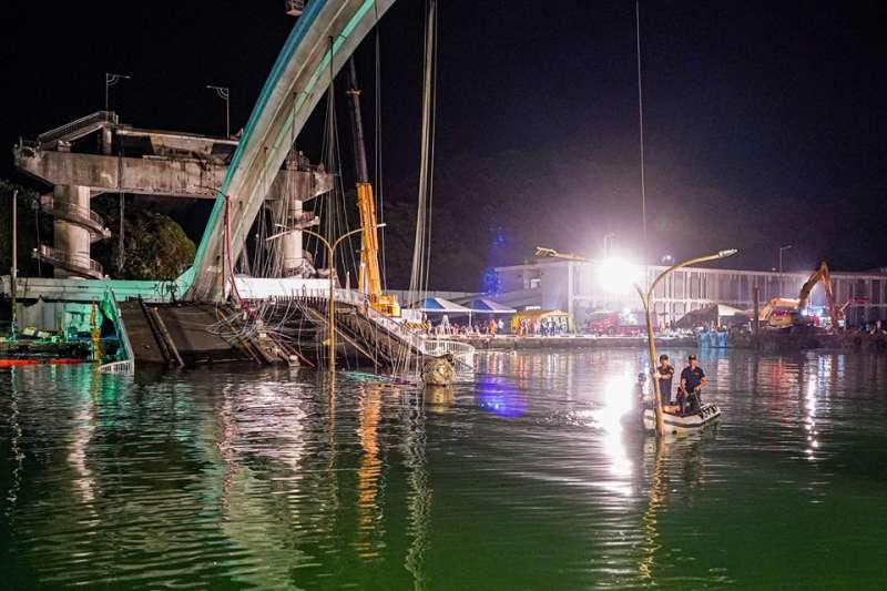 20191002-宜蘭南方澳跨港大橋倒塌阻斷航道,海軍水下作業大隊自2日下午開始在海中執行橋樑斷體的切割任務。(海軍提供)