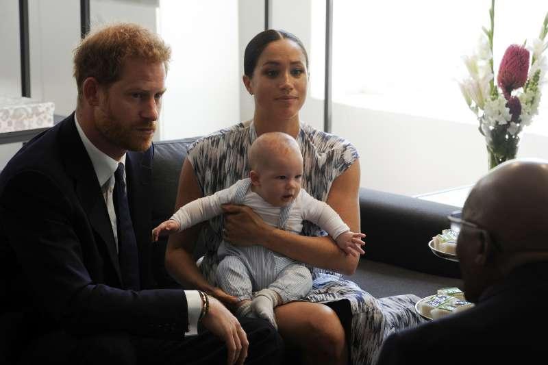 英國哈利王子與梅根王妃帶著兒子亞契訪問南非(AP)