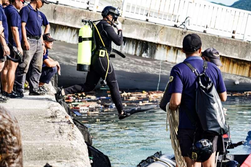 宜蘭南方澳跨海大橋1日坍塌,海軍水下作業大隊人員2日下水,進行橋樑情況評估。(海軍提供)