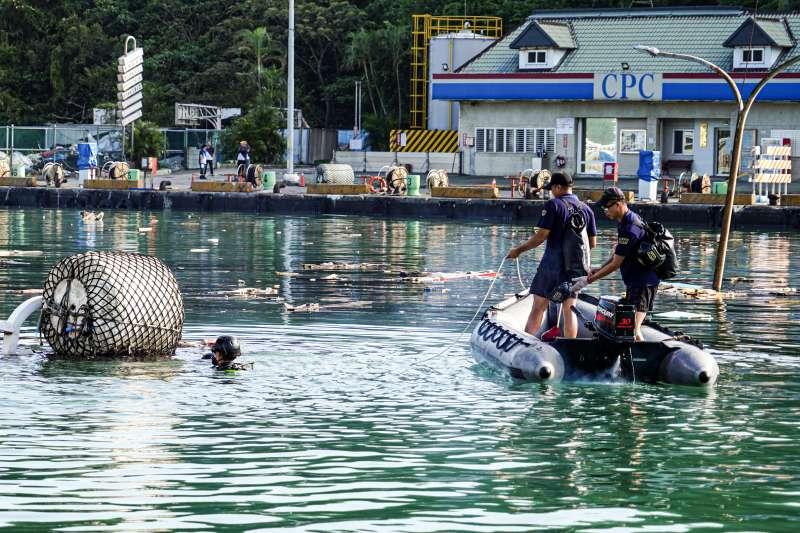 20191002-宜蘭南方澳跨海大橋1日坍塌,海軍水下作業大隊人員下水助搜救。(海軍提供)