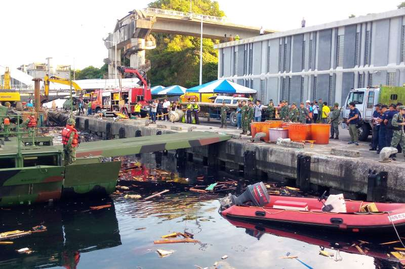 20191002-宜蘭南方澳跨海大橋1日坍塌,國軍進駐支援搜救,派出陸軍53工兵群M3浮橋下水助援。(國防部提供)