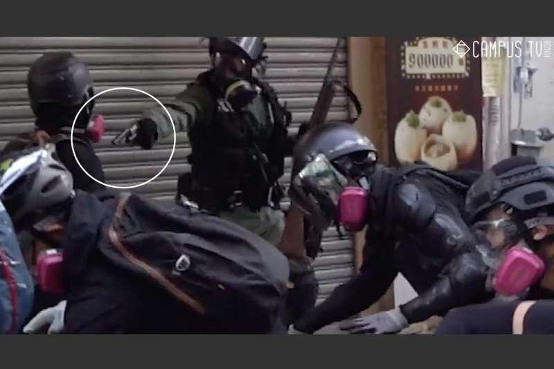 香港一名反送中抗爭者1日遭警察近距離以實彈擊中胸口。 (香港大學學生會校園電視)