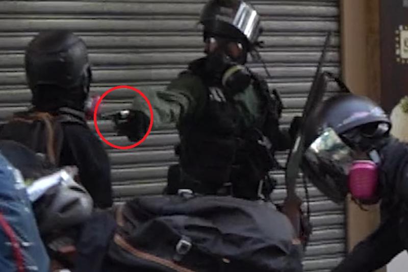 實況截圖分解:警察遭擊中衣袖後,手臂幾乎紋絲不動,隨即近距離以實彈擊中示威者胸口。(香港大學學生會校園電視)