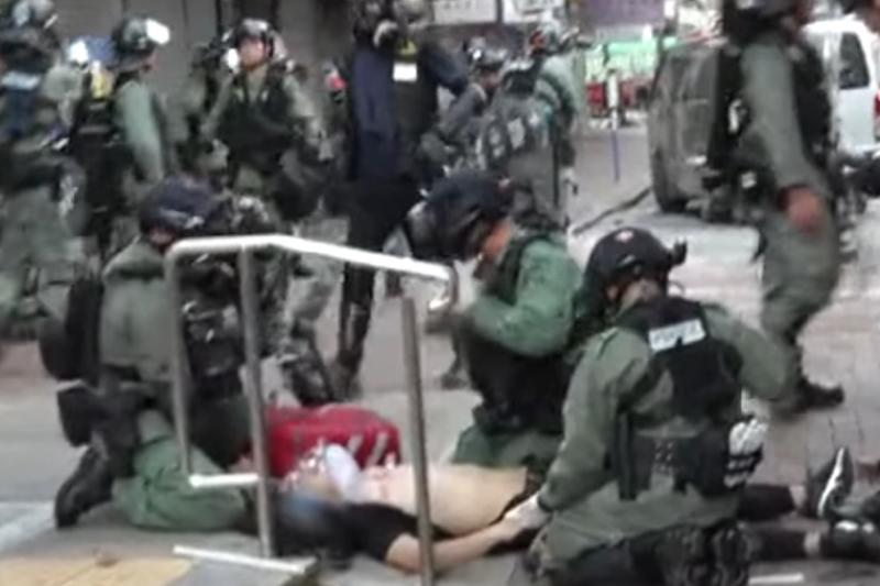實況截圖分解:在場的「香港01」記者表示,警員眼見多名記者關注傷者情況後,才趕緊照看其傷勢。(立場新聞)